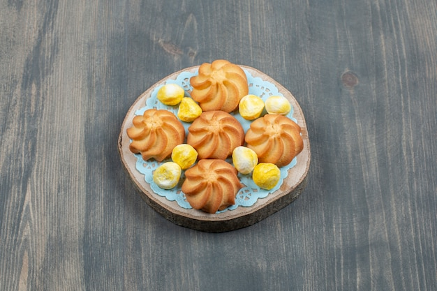Délicieux biscuits au chocolat avec des bonbons jaunes