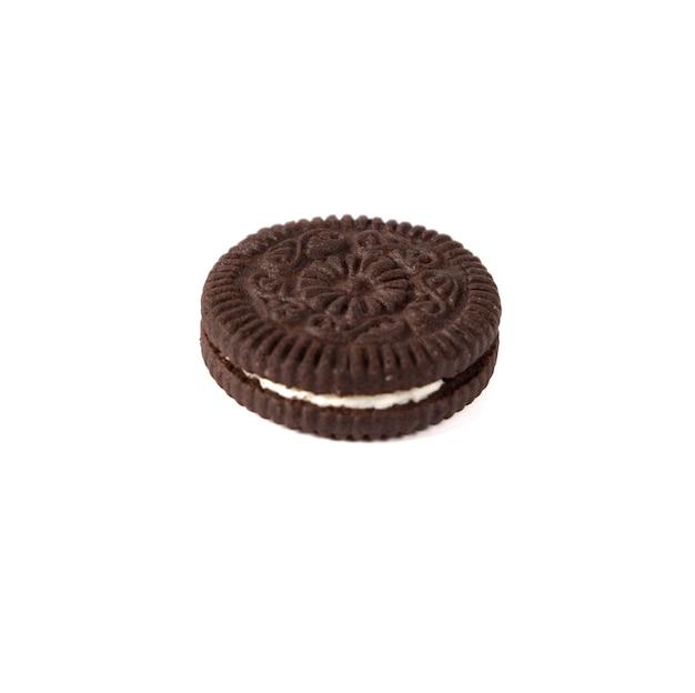 Délicieux biscuits au chocolat avec de la crème sur fond blanc
