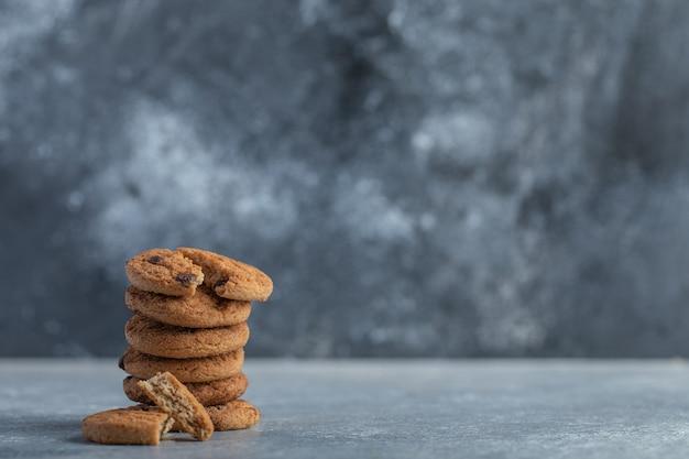 De délicieux biscuits au chocolat sur fond gris.