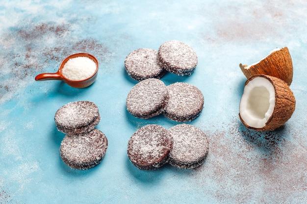Délicieux biscuits au chocolat et à la noix de coco avec noix de coco, vue de dessus