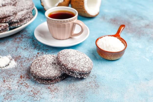 Délicieux biscuits au chocolat et à la noix de coco avec noix de coco, vue du dessus