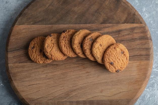 De délicieux biscuits au chocolat sur une planche de bois.