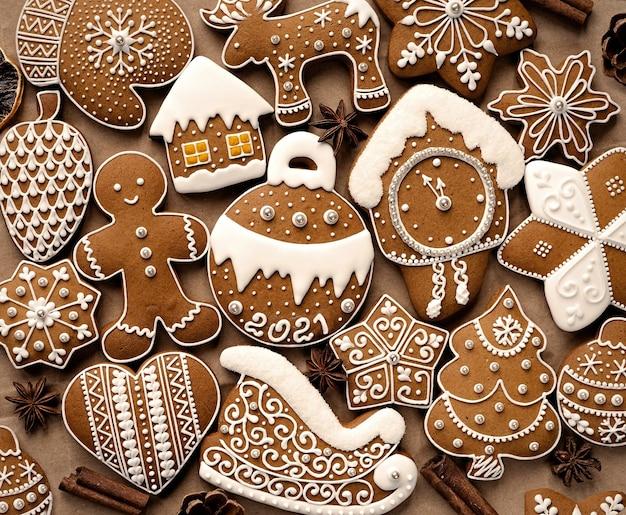 Délicieux biscuits au pain d'épice avec fond de lettrage 2021. vue de dessus