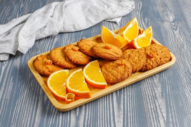 Délicieux biscuits au zeste d'orange faits maison.