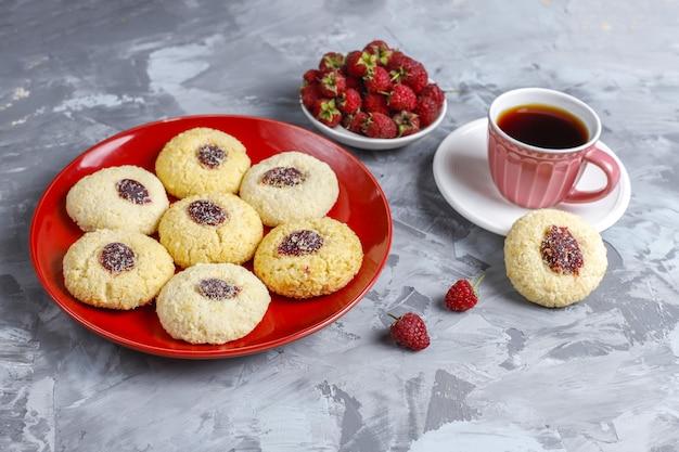 Délicieux biscuits aux framboises faits maison.