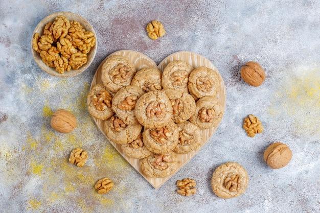 De délicieux biscuits aux noix faits maison.
