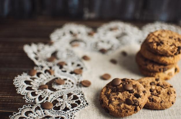 Délicieux biscuits aux pépites de chocolat sur une table en bois. espace libre pour votre texte.