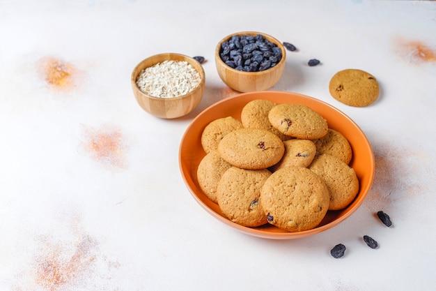 Délicieux biscuits aux raisins secs et à l'avoine, vue du dessus