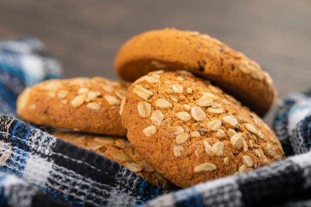 De délicieux biscuits à l'avoine faits maison avec des noix sur une surface en bois