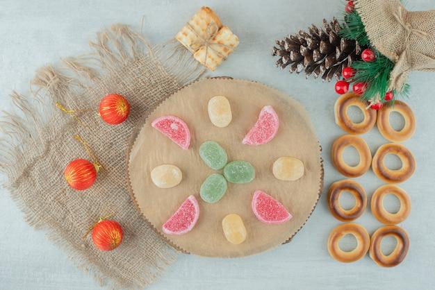 De délicieux biscuits avec des boules de noël sur sackcloh. photo de haute qualité
