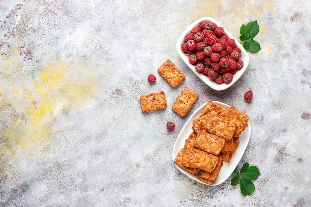 Délicieux biscuits à la confiture de framboises aux framboises mûres, vue du dessus