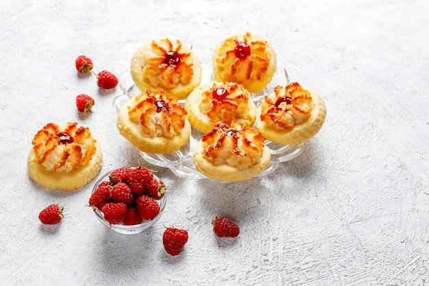 Délicieux biscuits à la confiture de framboises et framboises fraîches.