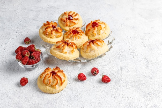 Délicieux biscuits avec confiture de framboises et framboises fraîches.