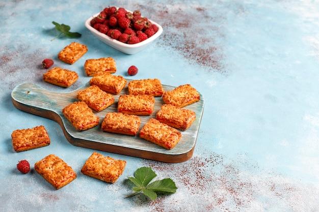 Délicieux biscuits à la confiture de framboises avec des framboises mûres, vue du dessus