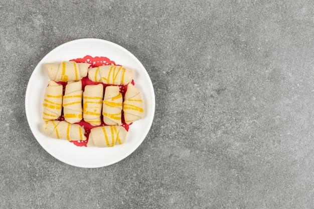Délicieux biscuits faits maison sur plaque blanche