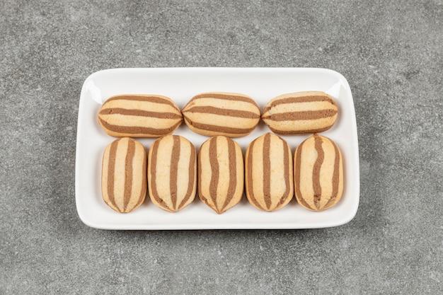 Délicieux biscuits faits maison sur plaque carrée blanche