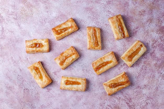 De délicieux biscuits frais avec de la confiture sur le dessus.