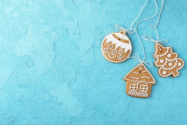 Délicieux biscuits de noël faits maison sur bleu, espace pour le texte. vue de dessus