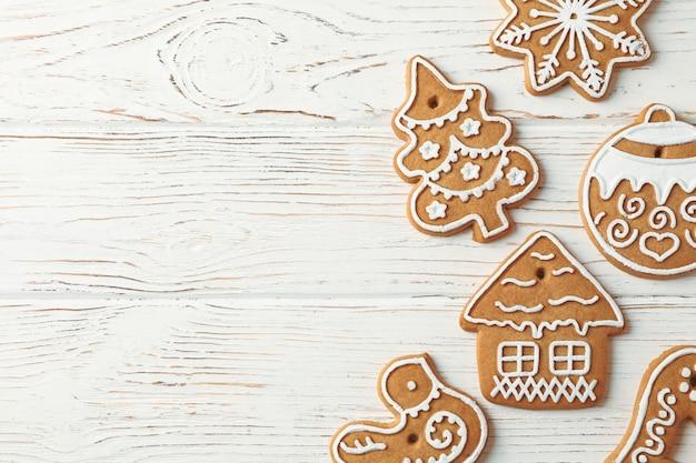 Délicieux biscuits de noël faits maison sur bois blanc, espace pour le texte. vue de dessus