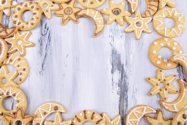 Délicieux biscuits de noël sur fond de bois