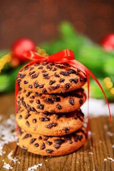 Délicieux biscuits de noël en pot sur table sur fond marron