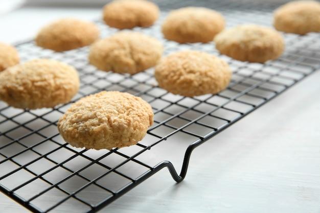 Délicieux biscuits à la noix de coco sur une grille, gros plan