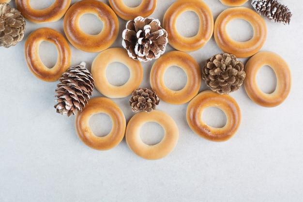 Délicieux biscuits ronds aux pommes de pin sur fond blanc. photo de haute qualité