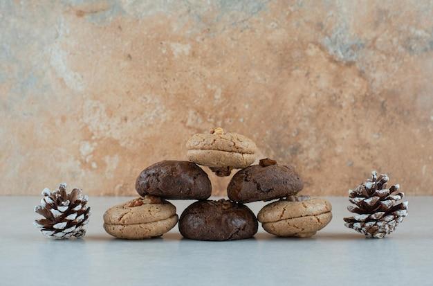 Délicieux biscuits ronds aux pommes de pin de noël.