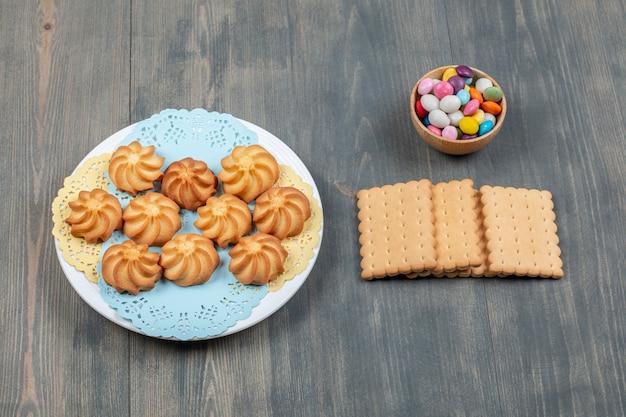 Délicieux biscuits sablés dorés sucrés dans une assiette blanche