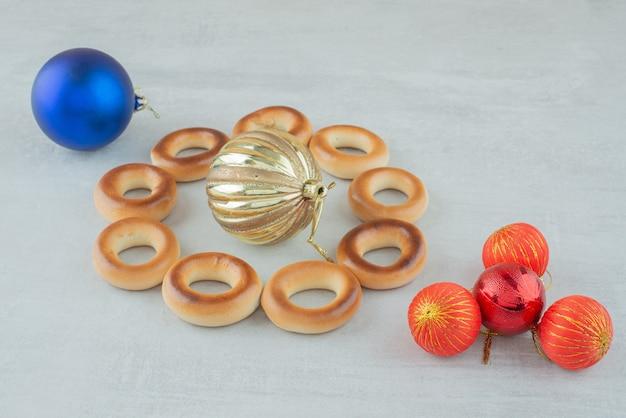 Délicieux biscuits sucrés ronds avec des boules de noël colorées sur fond blanc. photo de haute qualité