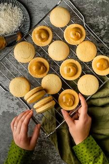 Délicieux biscuits avec vue de dessus à la crème