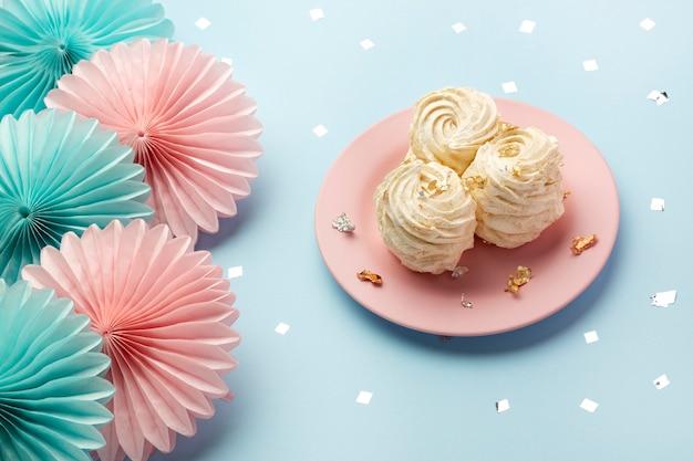 Délicieux bonbons arrangement high angle