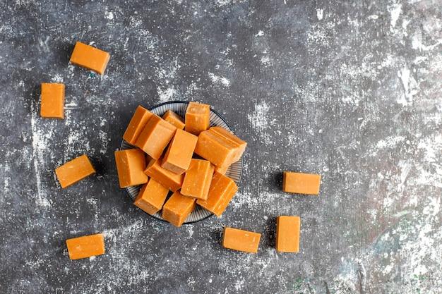 Délicieux bonbons au caramel salé au sel de mer, vue de dessus