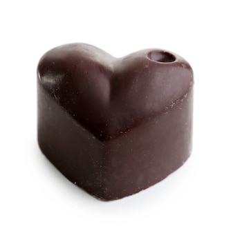 Délicieux bonbons au chocolat isolés sur blanc