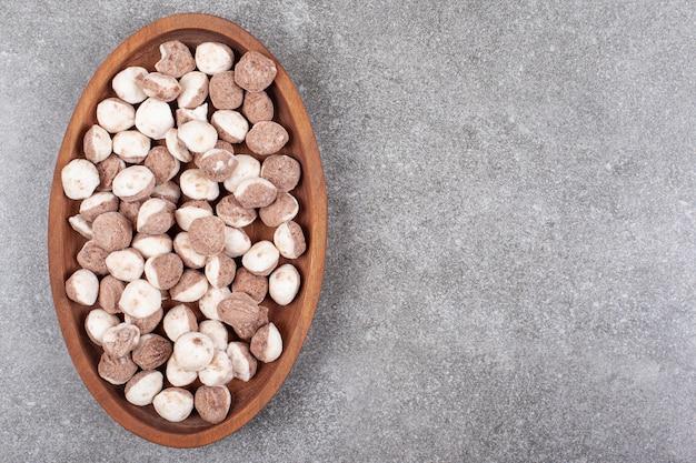 Délicieux bonbons bruns sur plaque en bois