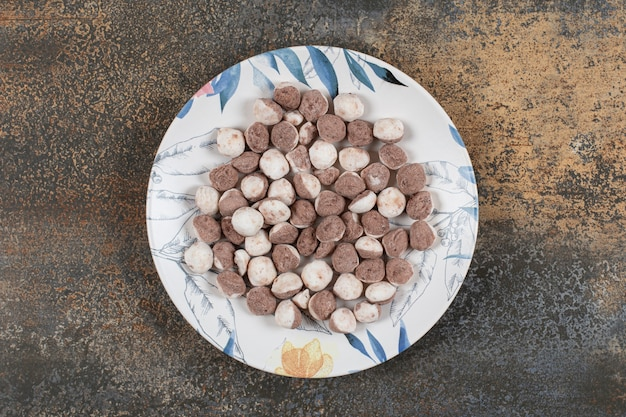 Délicieux bonbons bruns sur plaque colorée.