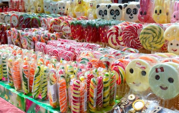 Délicieux bonbons colorés faits à la main - sucettes. eco traiter. foire - une exposition d'artisans folkloriques en plein air.