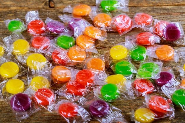 Délicieux bonbons colorés sur fond en bois
