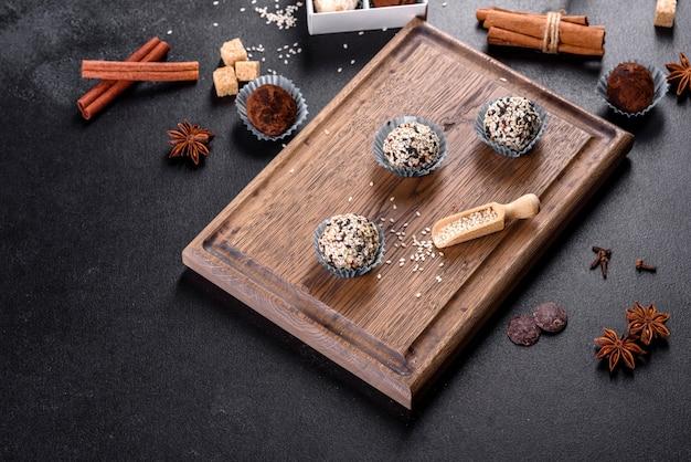 Délicieux bonbons sucrés faits à la main avec garniture au fromage et saupoudrage sur une table en béton