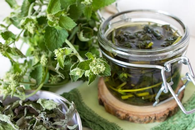 Délicieux bouillon thé menthe citronnelle, eau florale