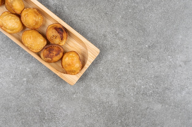 Délicieux boulettes frites sur plaque en bois