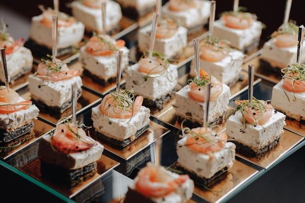 Délicieux buffet de fête avec des canapés et différents plats délicieux