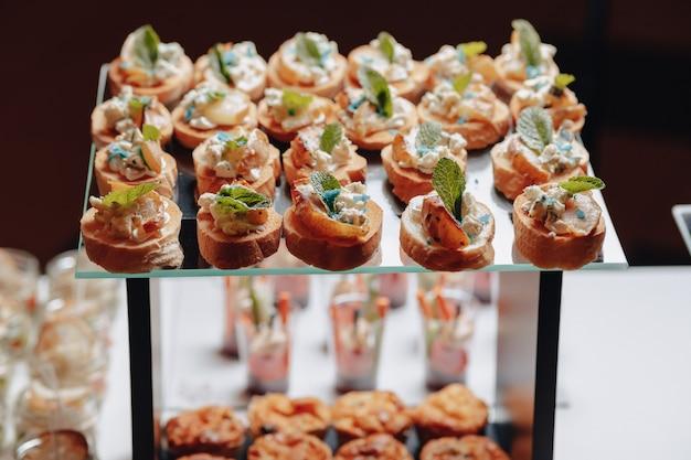Délicieux buffet de fête avec canapés et différents plats délicieux