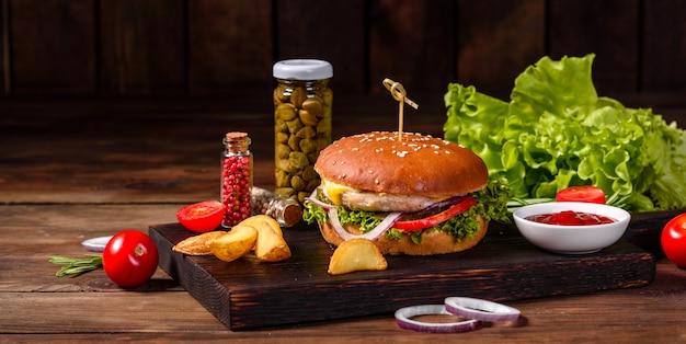 Délicieux burger fait maison sur une table en bois