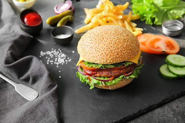 Délicieux burger frais sur table