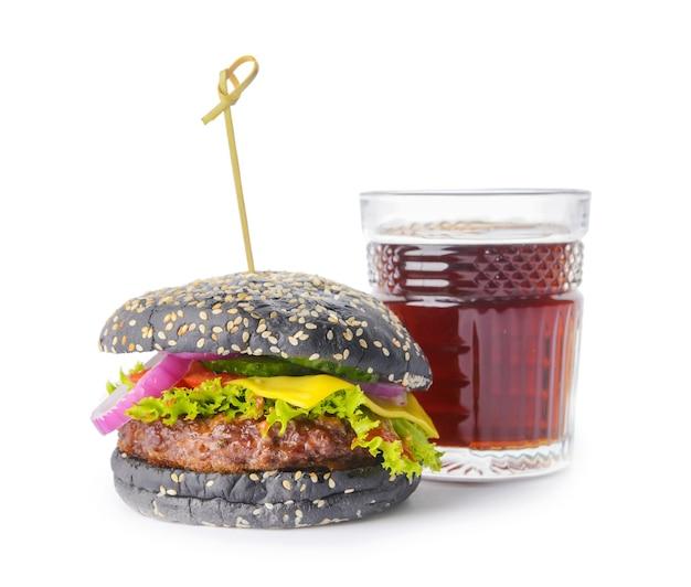 Délicieux burger avec pain noir et boisson au cola sur fond blanc