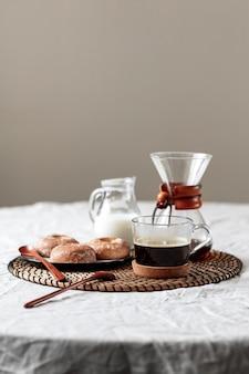 Délicieux café avec des pâtisseries prêtes à être servies