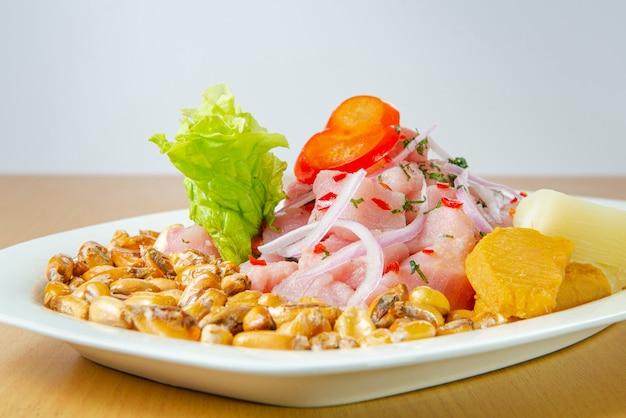 Délicieux ceviche de fruits de mer du pérou avec piments, pois chiches.