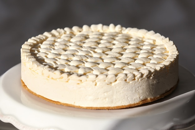 Délicieux cheesecake nature sur socle blanc
