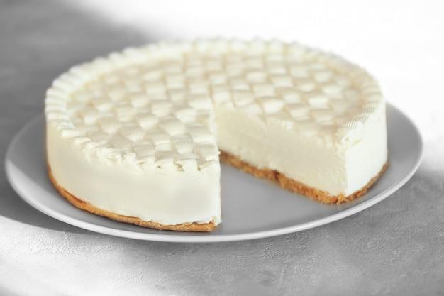 Délicieux cheesecake nature sur table grise